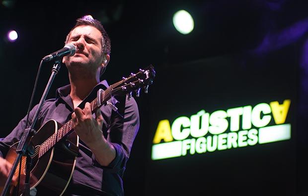Joan Dausà presentó su disco «On seràs demà?» en la Rambla de Figueres. © Xavier Pintanel