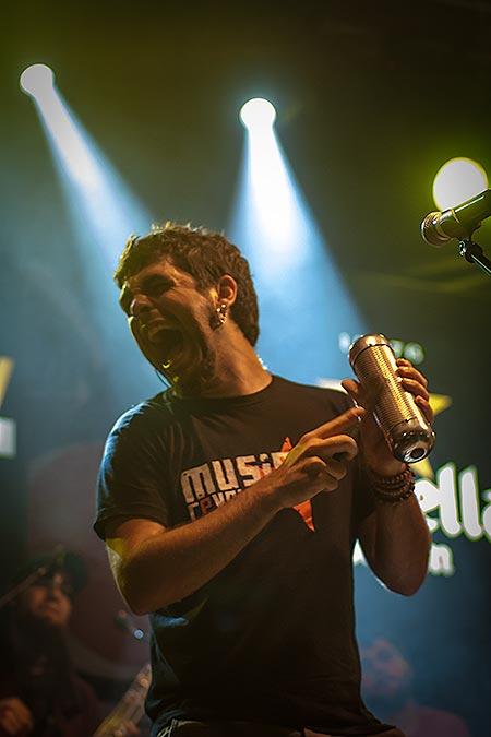 Alguer Miquel, cantante de Txarango, grupo que puso a bailar una Rambla abarrotada de gente. © Xavier Pintanel