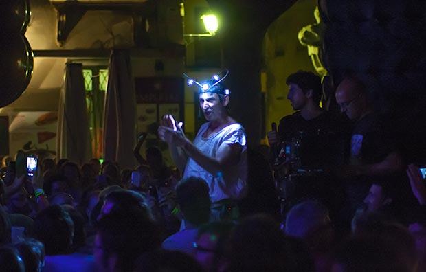 Albert Pla se mezcló entre el público para cantar «Ciego». © Xavier Pintanel