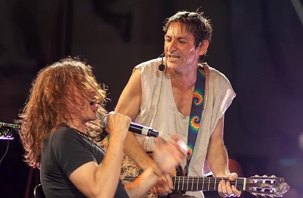 Gerard Quintana, quien apenas había terminado su propio concierto unos minutos antes, en una versión rockera de «Insolación». © Xavier Pintanel
