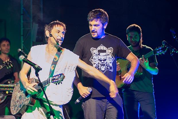 Los hermanos Muñoz, Estopa, cantaron con Pla una versión muy rumbera de «Joaquín el necio». © Xavier Pintanel
