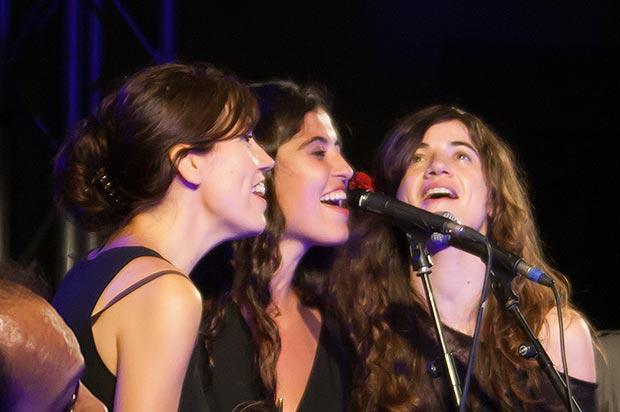 Un trío inédito de coristas: Judit Farrés —compañera de Albert Pla—, Sílvia Pérez Cruz y Maria Rodés. © Xavier Pintanel