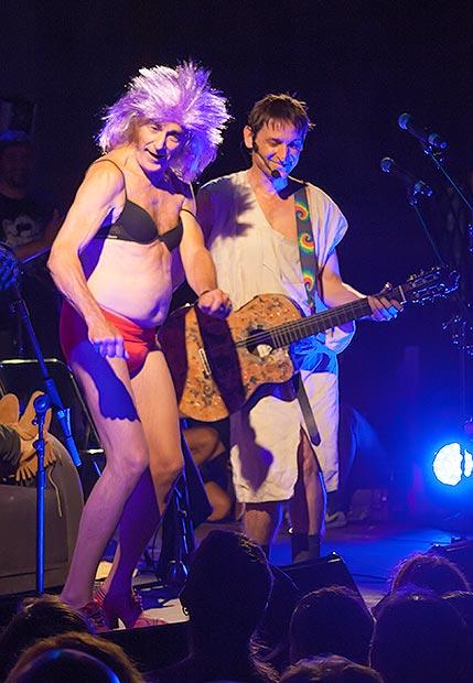 En «El lado más bestia de la vida» Pau Riba terminó en ropa interior femenina, quizá rememorando aquellos psicodélicos conciertos de los setenta. © Xavier Pintanel