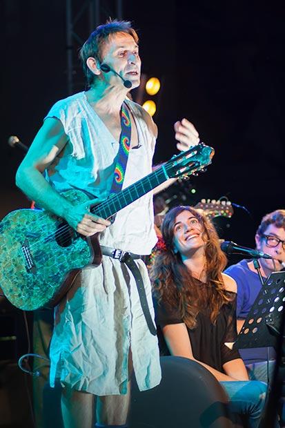 Maria Rodés cantó «Mirall» y acompañó a Albert Pla con «Somiatruites» y «Pipí». © Xavier Pintanel