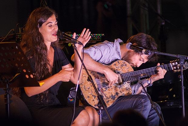 Sílvia Pérez Cruz y Raül Fernández «Refree», cantaron un medley incluido en su disco «Granada» con las canciones de Pla «La sequia», «Papa, jo vull ser torero» y «La platja». © Xavier Pintanel
