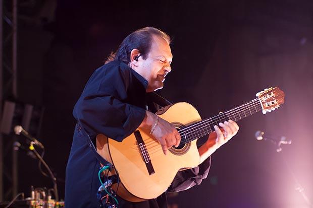 Diego Cortés, magistral con la guitarra, tuvo su momento de gloria con un solo espectacular. © Xavier Pintanel
