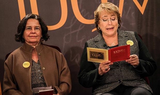 Michelle Bachelet, presidenta de la República de Chile lee «El Hombre Imaginario» de Nicanor Parra al lado de la ministra de Cultura Claudia Barattini. © Consejo Nacional de la Cultura y las Artes Gobierno de Chile