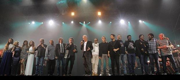 El cantante asturiano Víctor Manuel, acompañado por todos sus artistas invitados, durante el concierto que ofreció la noche del viernes en Oviedo para conmemorar sus cincuenta años en el mundo de la música. © EFE
