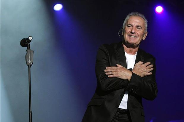 El cantante asturiano Víctor Manuel durante el concierto que ofreció la noche del viernes en Oviedo para conmemorar sus cincuenta años en el mundo de la música. © EFE
