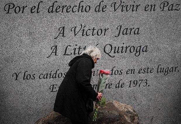Joan Jara deposita unas flores en el Memorial inaugurado este sábado en las afueras del Cementerio Metropolitano, en Santiago de Chile. © Consejo Nacional de la Cultura y las Artes Gobierno de Chile