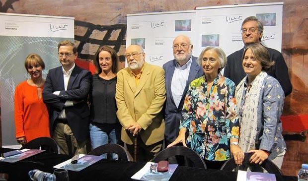La directora de la Fundación y viuda de José Antonio Labordeta, Juana de Grandes junto con sus hijas y otros miembros del Patronato. © EP
