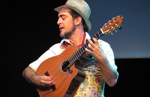 Raúl Rodríguez presentó «Razón de son» con su «tres flamenco». © Isabel Llano
