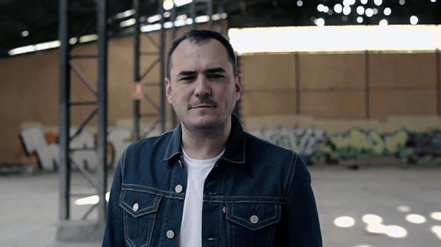 Fotograma del videoclip de «La llamada» de Ismael Serrano.