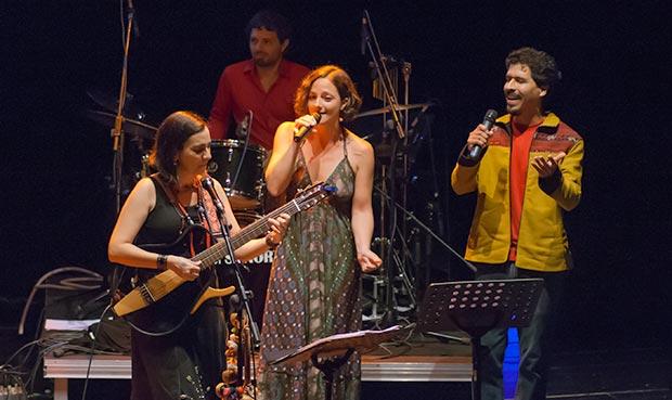 Marta Gómez, Ana K. García y Gaddafi Núñez cantaron «Para la guerra nada». © Xavier Pintanel