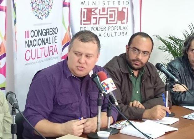 El ministro para la Cultura venezolano, Reinaldo Iturriza (izquierda) y el director del lnstituto de las Artes Escénicas y Musicales (IAEM), José Jesús Gómez; en la conferencia de prensa de este pasado martes. © Ministerio para la Cultura de Venezuela