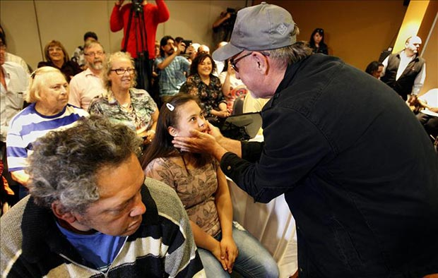 León Gieco este lunes al saludar a un integrante de su proyecto musical «Mundo Alas», integrado por jóvenes con distintas discapacidades, en Montevideo (Uruguay). © EFE