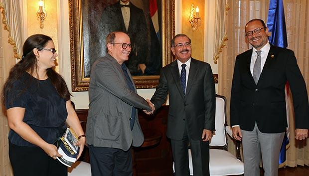 De izquierda a derecha: Niurka González, Silvio Rodríguez, el presidente de la República Dominicana Danilo Medina y el ministro de Cultura, José Antonio Rodríguez. © Presidencia de la República Dominicana