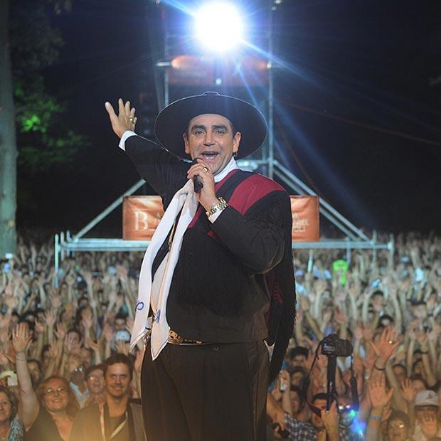 Oscar Palavecino, en el cierre del Festival, se propuso un homenaje a la figura de Yupanqui que, por los modos de aproximarse al hecho artístico, suponía una conciliación inverosímil. © FIFBA