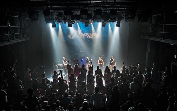 Obeses interpreta «Rere les Finestres» ante un auditorio en pie. © Eduard Morató