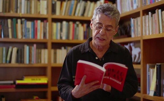 Chico Buarque con un ejemplar de «O irmão alemão», su quinta novela.
