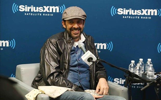Juan Luis Guerra durante su participación este 7 de noviembre, en una íntima sesión de entrevistas con un grupo de admiradores, como parte del programa de radio «SiriusXM Town Hall» en Nueva York.