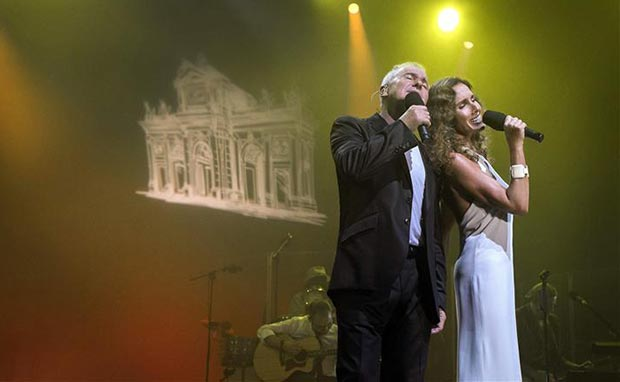 Víctor Manuel junto a Ana Belén en uno de los conciertos que dio en Oviedo el 12 y 13 de septiembre en Oviedo, y que se han recogido en un doble CD y un DVD que saldrá a la luz el 18 de noviembre, «50 años no es nada». © EFE