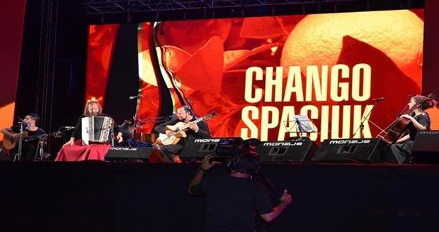 En la segunda noche del Festival del Litoral, Chango Spasiuk brilló con rodeo propio.