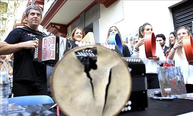 Kepa Junkera toca en la calle en la presentación de su nuevo disco, «Una pequeña historia de la Trikitixa», con el que celebra sus 35 años con la trikitixa, instrumento tradicional vasco. © EFE