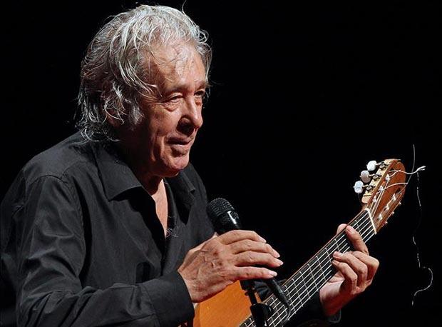 Paco Ibáñez durante la actuación que ha ofrecido la pasada noche en el Teatre Nacional de Catalunya (TNC), dentro de su gira «Vivencias» que conmemora el 50 aniversario de su primer disco. © EFE