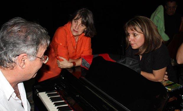 Cecilia Todd y Liuba María Hevia escuchan atentamente a Jose María Vitier durante una gira conjunta realizada en 2011. © Iris Fundora