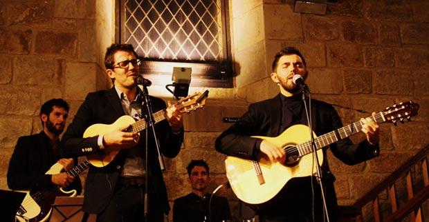 Guillem Roma, y Alessio Arena interpretaron «Volver a los diecisiete» de Violeta Parra. © Carles Gràcia Escarp