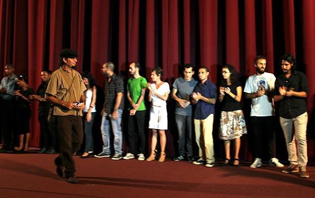 El realizador Alejandro Ramírez presenta al equipo técnico del documental «Canción de barrio», que se estrenó en la Sala Chaplin de la Cinemateca de Cuba, en La Habana. © Ladyrene Pérez/Cubadebate