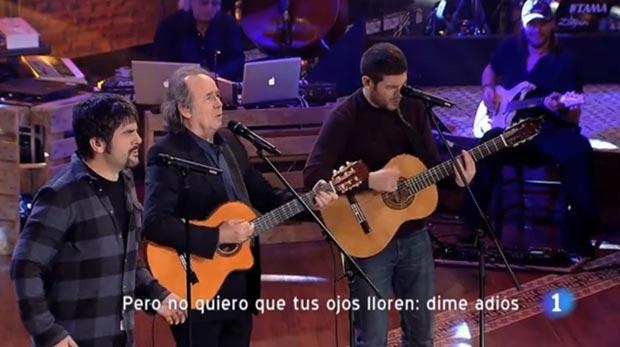 Fotograma de Joan Manuel Serrat cantado con Estopa «Me'n vaig a peu» en el especial de la televisión pública española (TVE) dentro de la programación especial de Nochebuena. © TVE