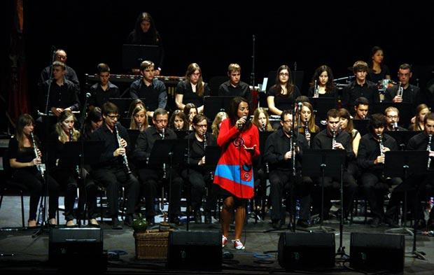 Montse Castell� con la Banda de l�Agrupaci� Musical Senienca