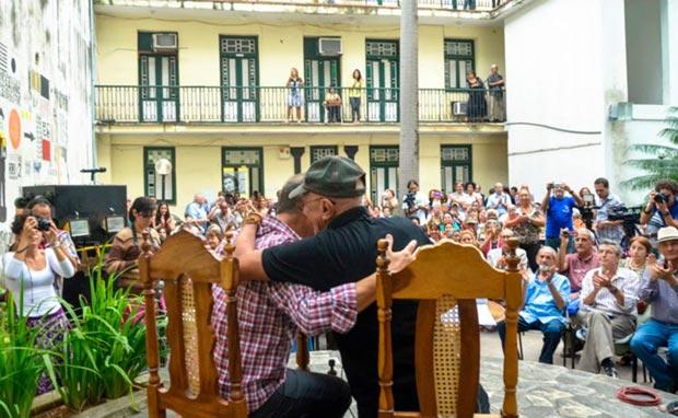 Antonio Guerrero y Víctor Casaus se funden en un abrazo. © Kaloian Santos Cabrera