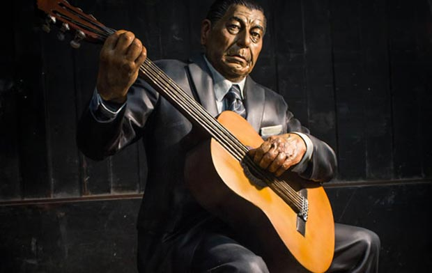 Escultura de Atahualpa Yupanqui, obra de Fernando Pugliese.