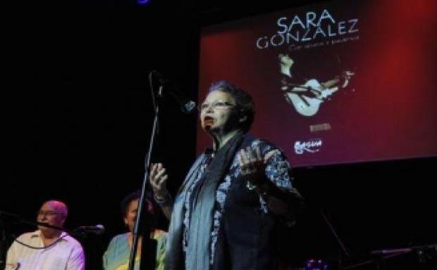 Diana Balboa, compañera de Sara González y artista de la plástica, interviene en la presentación del libro «Sara González. con apuros y paciencia», de Ediciones Bagua, durante el homenaje.