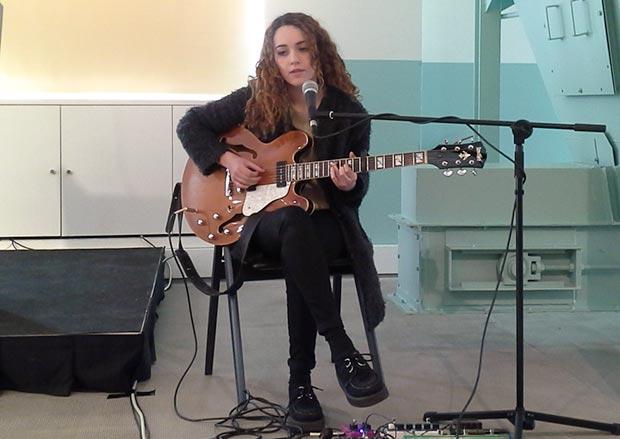 Núria Graham ha estrenado dos temas en vivo en la conferencia de prensa de presentación del 26 Guitar Festival Barcelona. © Xavier Pintanel