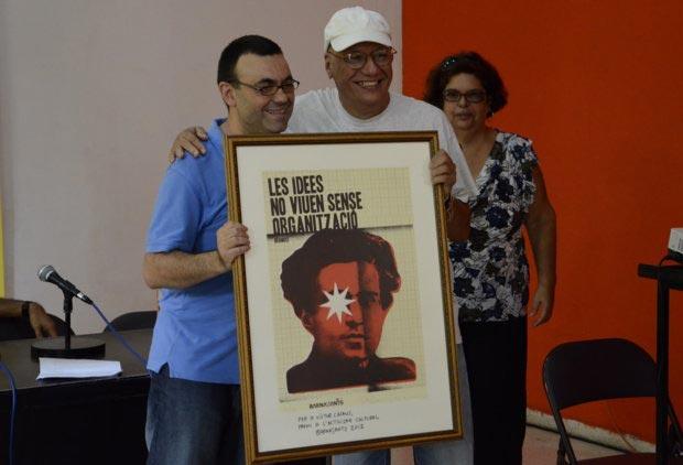 El fotógrafo Juan Miguel Morales entregando el Premio BarnaSants al Activismo Cultural 2012 a Víctor Casaus, director del Centro Pablo de la Torriente Brau.