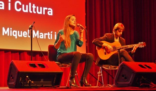 Judit Neddermann, ganadora del último certamen Terra i Cultura, acompañada a la guitarra por Pau Figueres. © Carles Gràcia Escarp