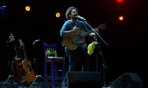 Raly Barrionuevo cautivó a Cosquín con su despojado tributo al «Chango» Rodríguez. © Aquí Cosquín