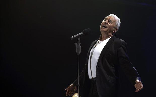 Víctor Manuel durante su concierto de presentación de «50 años no es nada», la pasada noche en el Palacio de los Deportes de Madrid. © EFE