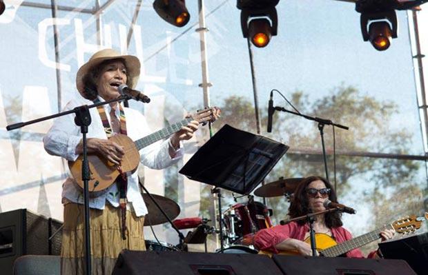 Isabel Parra con su hija Tita en la apertura del Womad Chile. © WOMAD Chile