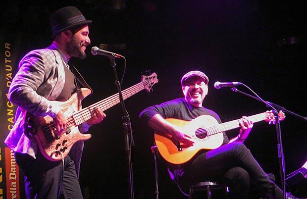 A la izquierda, el guitarrista brasileño Munir Hossn acompañando a Javier Ruibal. © Isabel Llano