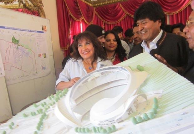Zulma Yugar, Evo Morales y Gonzalo Hermosa presentan la maqueta de un nuevo teatro al aire libre. © ANF