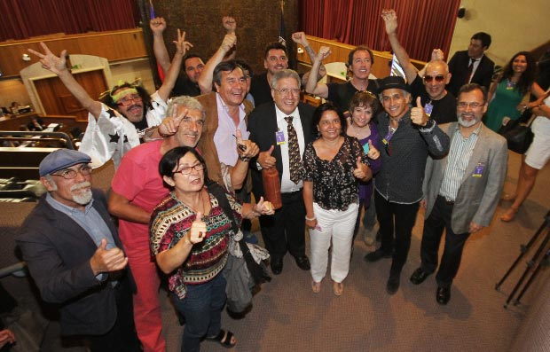 La Ministra del Consejo Nacional de la Cultura y las Artes, Claudia Barattini celebra junto a músicos, cantantes, compositores y otros profesionales ligados a la industria la aprobación de la modificación de la Ley de Fomento de la Música Chilena. © Consejo Nacional de la Cultura y las Artes. Gobierno de Chile