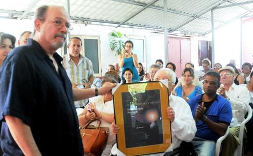 Silvio Rodríguez recibela distinción Utilidad de la Virtud, que otorga la Sociedad Cultural José Martí (SCJM). © Oriol de ll Cruz Atencio/AIN