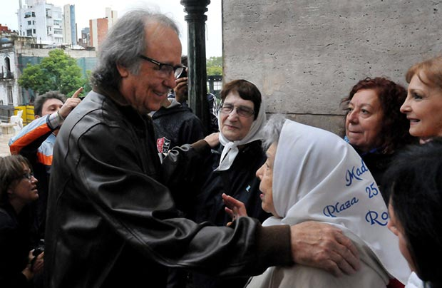 Joan Manuel Serrat, saluda a las Madres de La Plaza de Mayo en el Monumento a la Bandera, previo al acto por los 39 años del golpe militar. © Télam