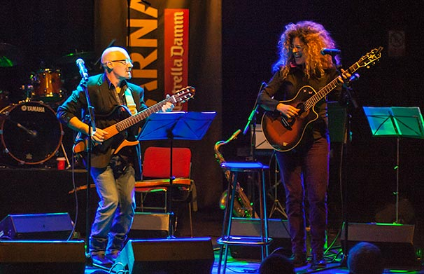 Samantha y Enric Hernàez cantando Contigo el pasado 27 de marzo en la sala Luz de Gas de Barcelona. © Xavier Pintanel