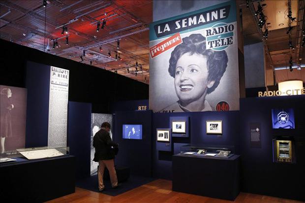 Un hombre ve uno de los vídeos sobre la cantante francesa Edith Piaf que se proyectan dentro de la exposición «Piaf» en la Biblioteca nacional de Francia (Biblioteca François-Mitterrand) en París, Francia, hoy, lunes 13 de abril de 2015. © EFE